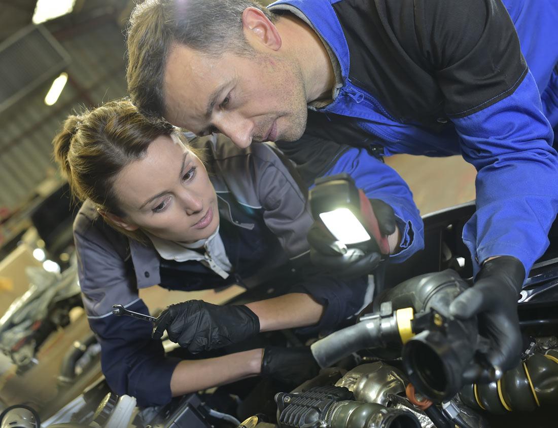 Ausbilder mit Auszubildenden bei der Reparatur