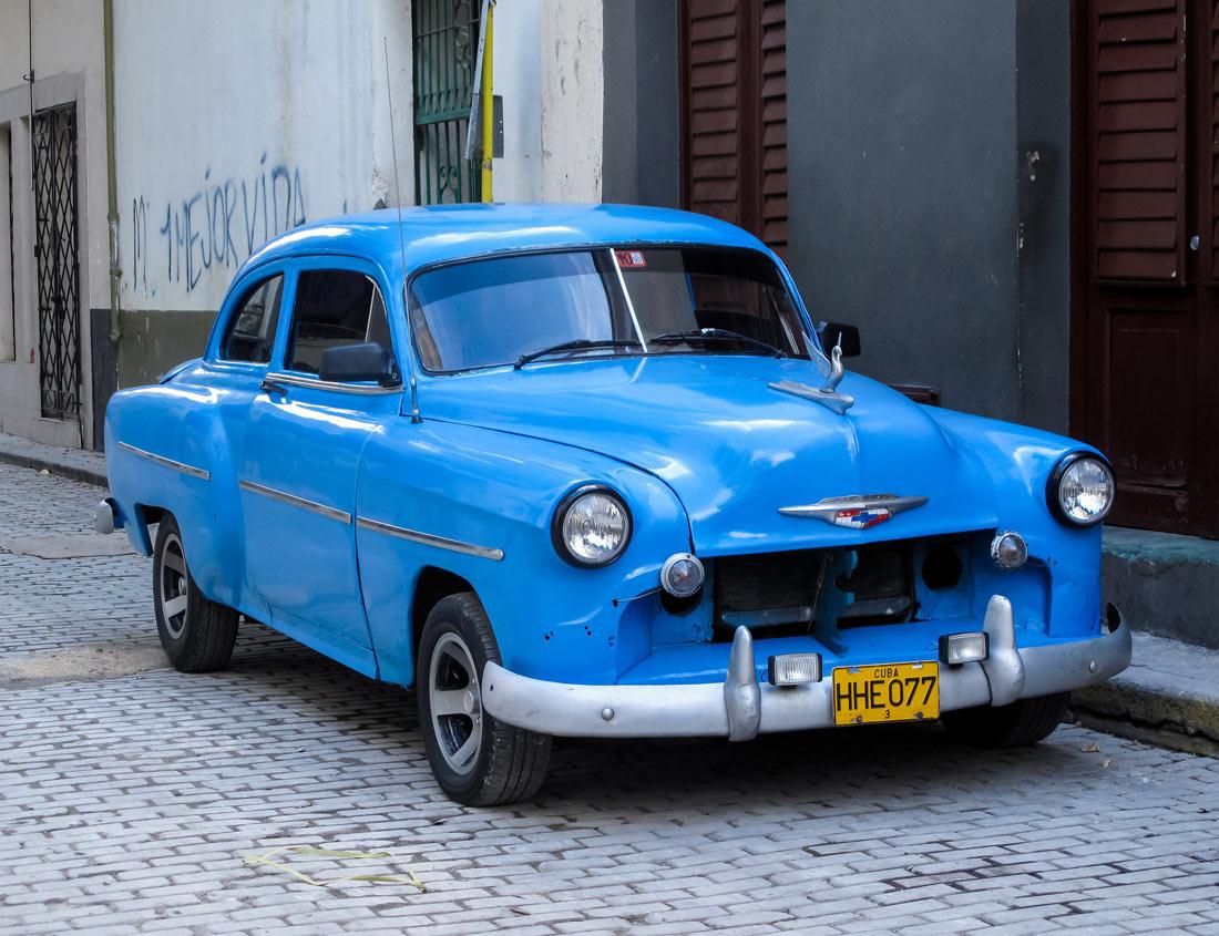 Blauer Oldtimer auf Straße