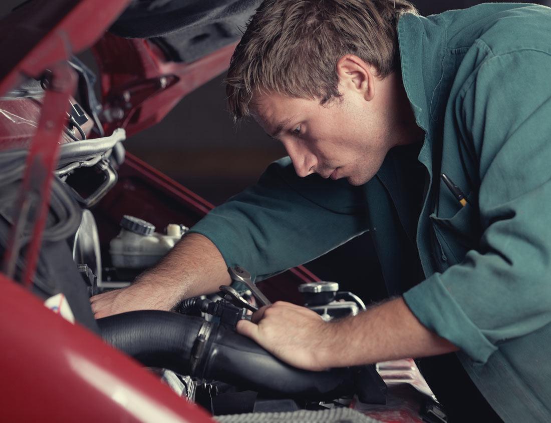 Ein Mechaniker arbeitet an einem alten Auto