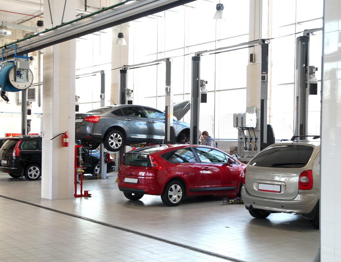 Viele Hebenbuehnen und Autos darauf in einer Werkstatt
